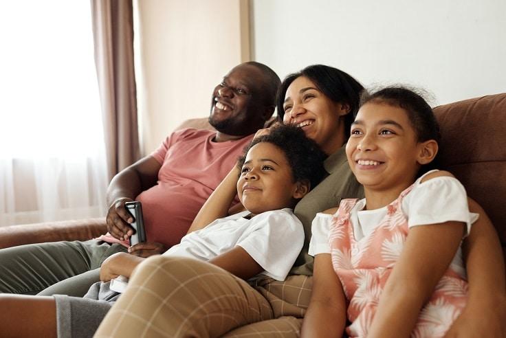 Familj ser på film och trivs tillsammans